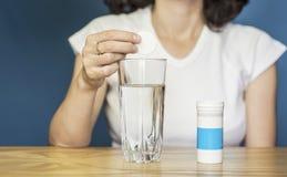 Mulher que toma vitaminas Imagens de Stock Royalty Free