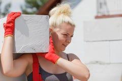 Mulher que trabalha com airbricks foto de stock royalty free