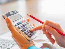 Mulher que trabalha com calculadora Imagem de Stock Royalty Free