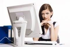 Mulher que trabalha com computador imagens de stock