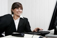Mulher que trabalha com computador imagem de stock