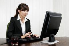 Mulher que trabalha com computador foto de stock royalty free