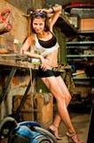 Mulher que trabalha com ferramentas Fotografia de Stock