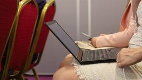 Mulher que trabalha com portátil em uma conferência filme