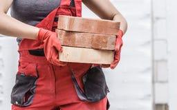 Mulher que trabalha com tijolos imagem de stock royalty free