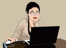 Mulher que trabalha com um computador Fotos de Stock Royalty Free