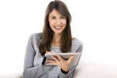 Mulher que trabalha com uma tabuleta imagens de stock