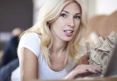 Mulher que trabalha em seu portátil Fotografia de Stock