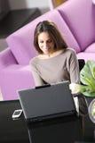 Mulher que trabalha em seu portátil fotos de stock royalty free