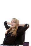 Mulher que trabalha em sua mesa Fotos de Stock Royalty Free