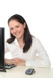 Mulher que trabalha em um computador fotografia de stock royalty free