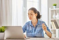 Mulher que trabalha em um portátil Imagens de Stock