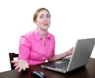 Mulher que trabalha em um portátil muito confuso Imagem de Stock Royalty Free