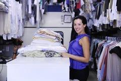 Mulher que trabalha em uma lavanderia Fotografia de Stock Royalty Free