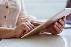 Mulher que trabalha em uma tabuleta digital no escritório fotografia de stock royalty free