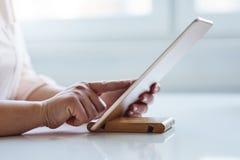Mulher que trabalha em uma tabuleta digital imagens de stock royalty free