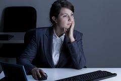 Mulher que trabalha fora do tempo estipulado fotografia de stock royalty free