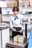Mulher que trabalha na estação de correios Fotos de Stock