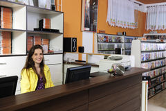 Mulher que trabalha na loja rental video imagens de stock royalty free