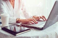 Mulher que trabalha na mão do escritório domiciliário no fim do teclado acima imagens de stock royalty free