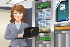 Mulher que trabalha na sala do servidor de computador Foto de Stock