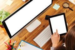 Mulher que trabalha na tabuleta Imagem de Stock