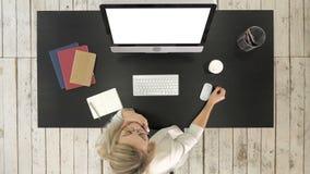 Mulher que trabalha no computador no café bebendo cansado do escritório Indicador branco vídeos de arquivo