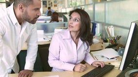 Mulher que trabalha no computador no escritório moderno filme