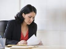 Mulher que trabalha no documento Imagens de Stock
