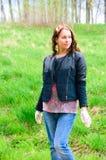 Mulher que trabalha no jardim Imagens de Stock Royalty Free