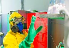 Mulher que trabalha no laboratório químico imagens de stock royalty free