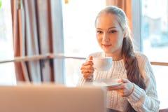 Mulher que trabalha no portátil Fotos de Stock Royalty Free