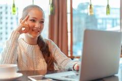 Mulher que trabalha no portátil Fotografia de Stock Royalty Free