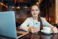 Mulher que trabalha no portátil Fotos de Stock