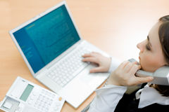 Mulher que trabalha no portátil (foco na mulher) Imagem de Stock