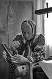 Mulher que trabalha no tear - monochrome fotografia de stock