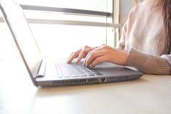 Mulher que trabalham em casa ou mãos do escritório no portátil do teclado imagem de stock royalty free