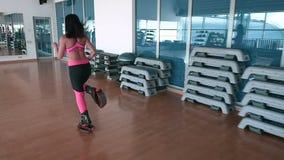 A mulher que treina os pés com as sapatas do kangoo no gym video estoque