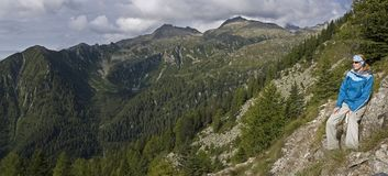 Mulher que trekking Fotografia de Stock Royalty Free