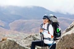 Mulher que trekking em montanhas Nepal de Himalaya Fotos de Stock Royalty Free