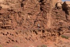 Mulher que trekking no deserto Imagens de Stock Royalty Free