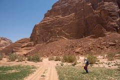 Mulher que trekking no deserto Fotografia de Stock Royalty Free