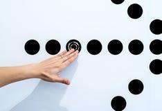Mulher que usa as mãos com o gráfico do ponto na parede branca Imagens de Stock