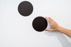 Mulher que usa as mãos com o gráfico do ponto na parede branca Foto de Stock