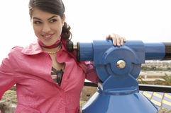 Mulher que usa a câmera da foto que Sightseeing Fotografia de Stock