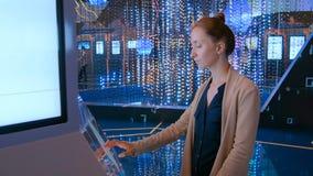 Mulher que usa a exposição interativa do écran sensível na exposição moderna da tecnologia imagem de stock royalty free