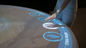 Mulher que usa a exposição interativa do écran sensível sem a tecnologia do controle do toque video estoque