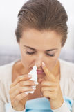 Mulher que usa gotas nasais Fotos de Stock Royalty Free