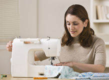 Mulher que usa a máquina de costura Imagens de Stock