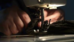 Mulher que usa a máquina de costura vídeos de arquivo